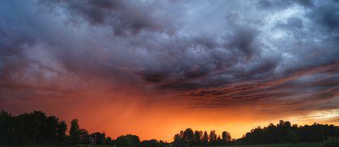 Midsommardagen 24/6 klockan ca 22.00 i Möklinta i norra Västmanland. Solen bröt igen de tunga regnmolnen, blev en dramatisk himmel.