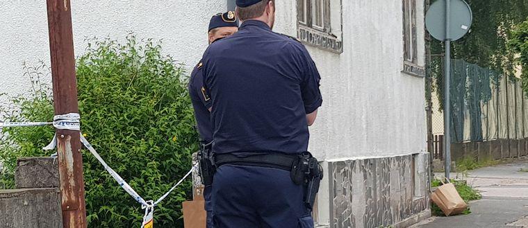 Polisen har spärrat av ett område.