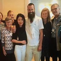 Johan Gustafsson återförenas här med familjen.