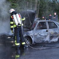 Utbränd bil, polis, räddningstjänst