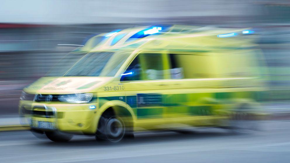 En man fördes till sjukhus efter att ha fallit flera meter från en byggnadsställning i Karlstad.