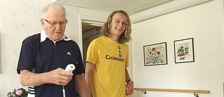 Bengt Johansson och Douglas Hagell spelar bowling på äldreboendet Sättragården i Hagfors.