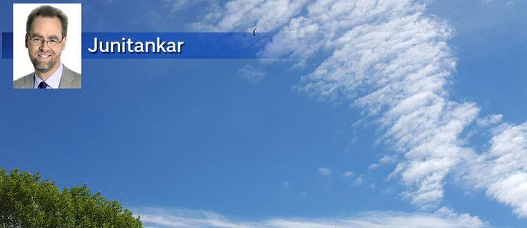 Himlen över norra Roslagen på midsommaraftonens förmiddag den 23 juni.