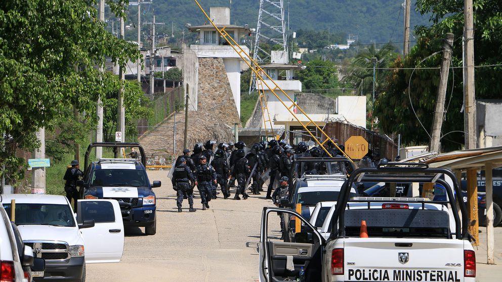 Kravallpolis utanför fängelset i Acapulco
