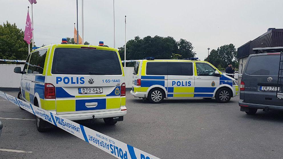 Flera polispatruller på plats.