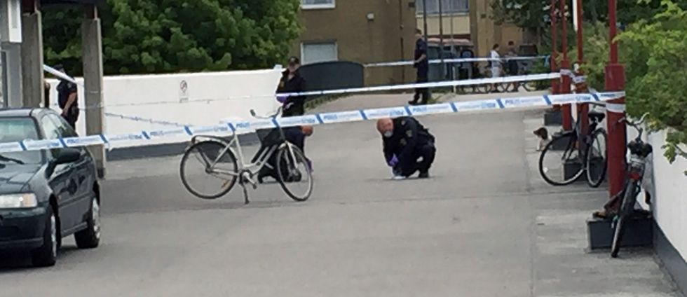 Polisen undersöker brottsplatsen.