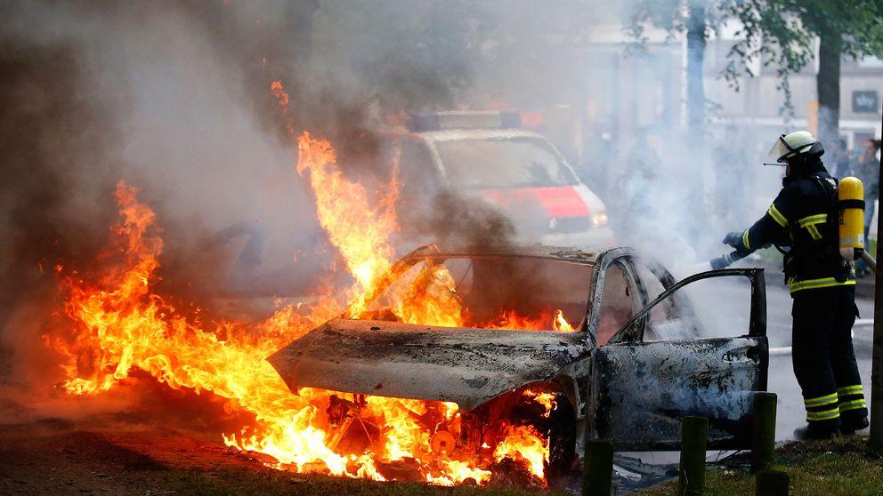 En brandman släcker en bilbrand i Hamburg