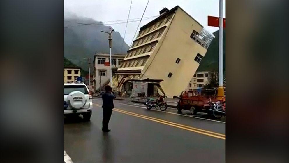 fyravåningshuset kollapsar in i floden