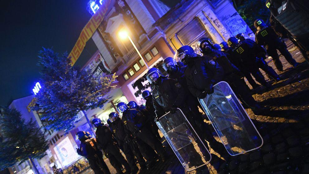 Tyska kravallpoliser utanför Rote Flora i Hamburg.