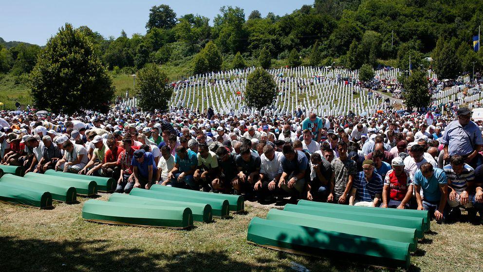 Bosniska muslimer ber vid kistorna under begravningsceremonin för några av offren för Srebrenica-massakern.