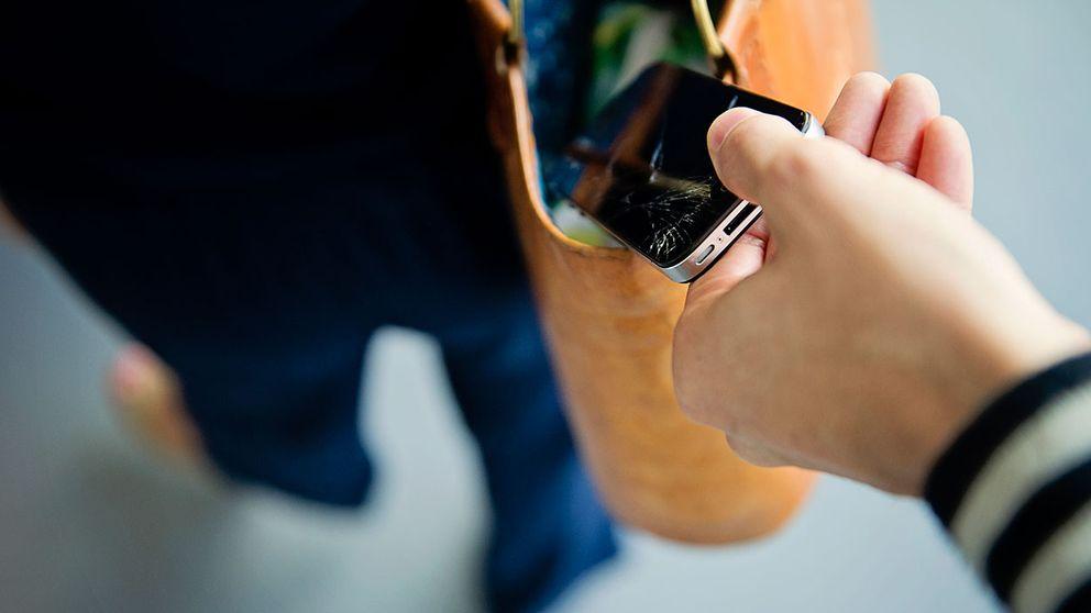 En ficktjuv som tar en mobil ur någon annans väska.