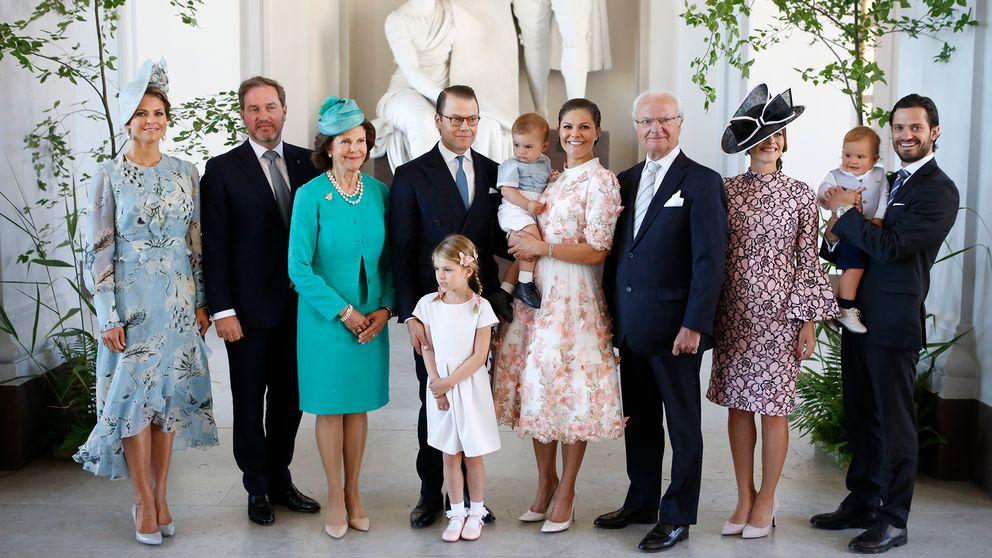 Gruppbild på kungafamiljen vid mottagning på Logården.