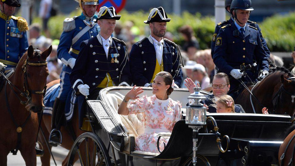 Kronprinsessan Victoria och prins Daniel åker kortege.