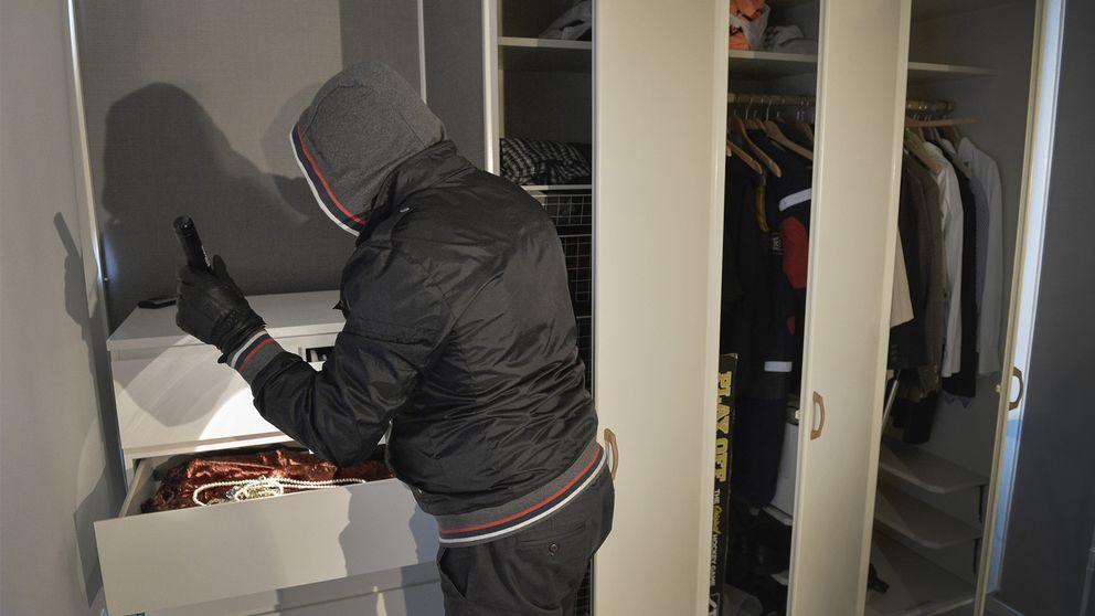 En inbrottstjuv rotar i en byrålåda