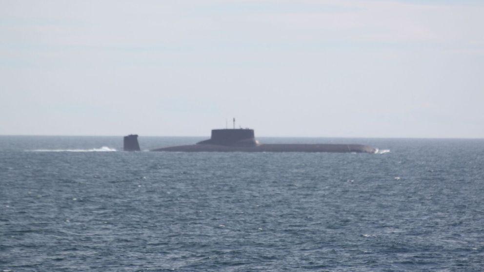 Atomubåten TK-208 DmitrijDonskoj utanför norska kusten.