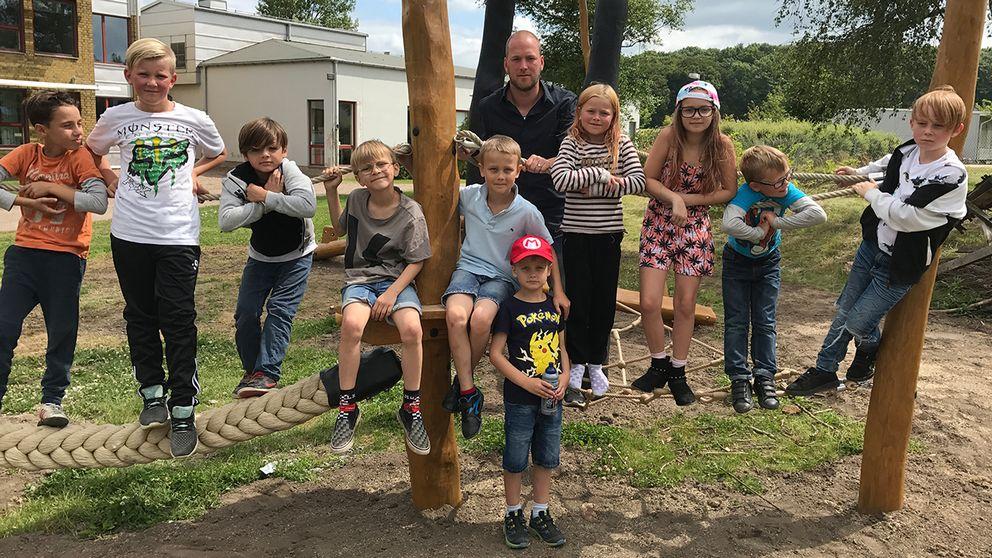 På den nya motorikbanan på Ekeby Skola kan eleverna bland annat klättra och gå balansgång.