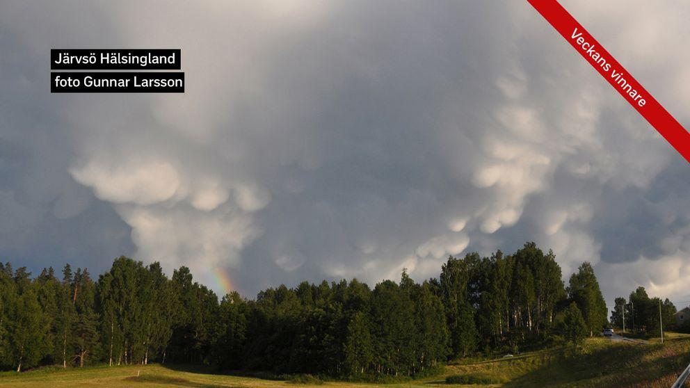 Mammatusmoln och en regnbåge över Järvsjö.
