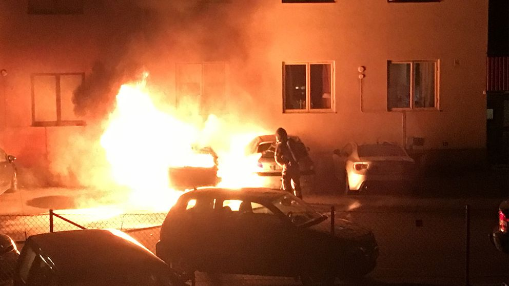 räddningstjänsten släcker en bilbrand i Örebro