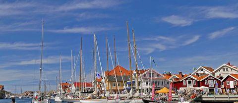 Gästhamnen i Smögen i Bohuslän och den kända bryggan,  22 juli