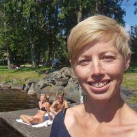 Docent i limnologi Emma Kritzberg försöker lösa gåtan med brunare sjöar