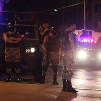 Polisen har spärrat av området kring ambassadbyggnaden.