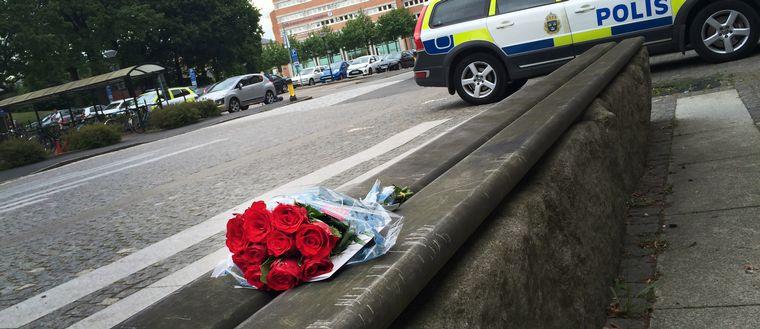 Blommor utanför polishuset.