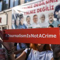 Demonstranter samlades utanför domstolbyggnaden i Istanbul, för att protestera mot rättegången mot journalister och anställda vid tidningen Cumhuriyet.