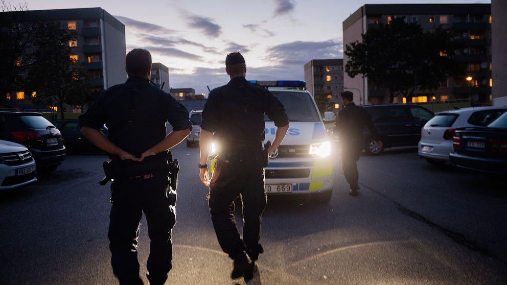 Poliser patrullerar vid Tenstagången och Rinkeby torg.