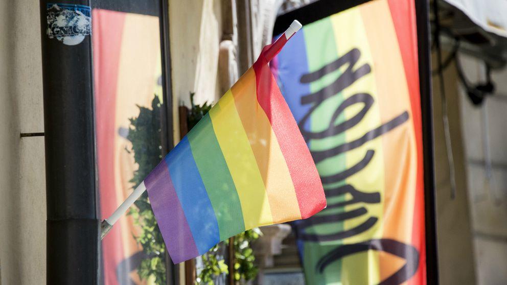 Regnbågsflaggan på Västerlångatan i Gamla Stan i Stockholm.