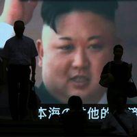 Tokyobor framför skärm med Kim Jong Un