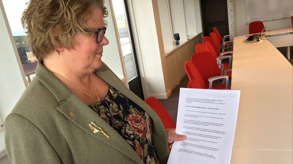 Landstingsredaktören Inger Bergström med avtal i handen.