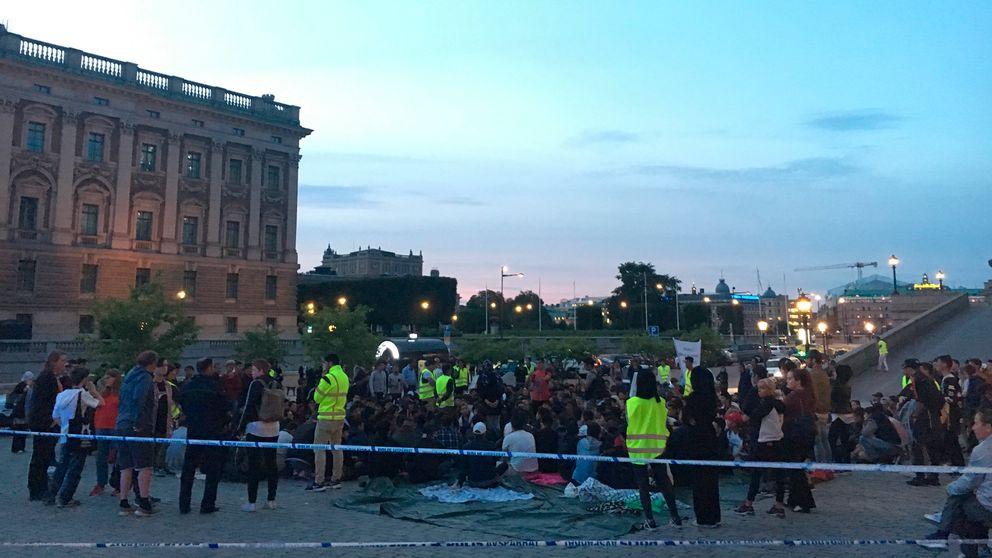 Afghaner som sittstrejkar på Mynttorget attackerades på tisdagskvällen.