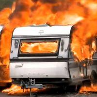 Två husvagnar som brinner.