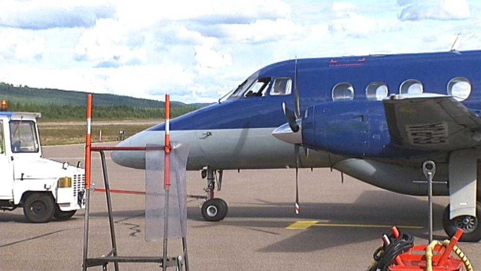 propellerflyg flyttas av fordon på bana