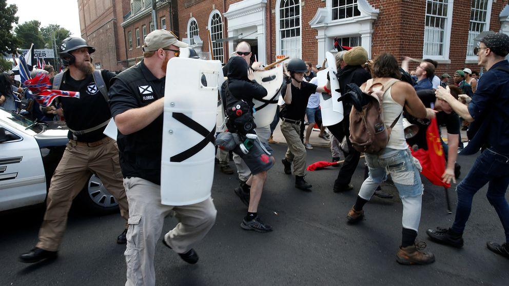 Vit makt-anhängare möter motdemonstranter i Charlottesville, Virginia.