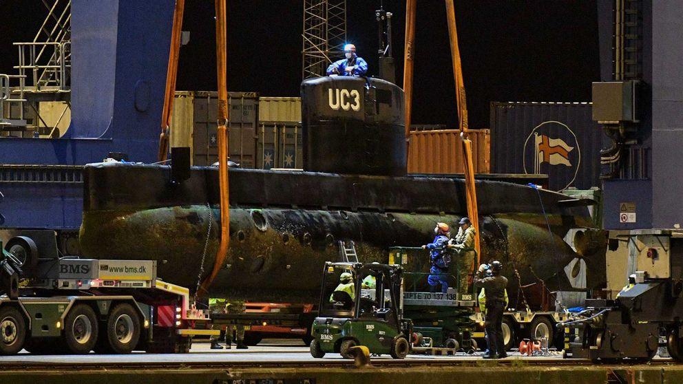 Människor i skyddsutrustning undersöker ubåten.