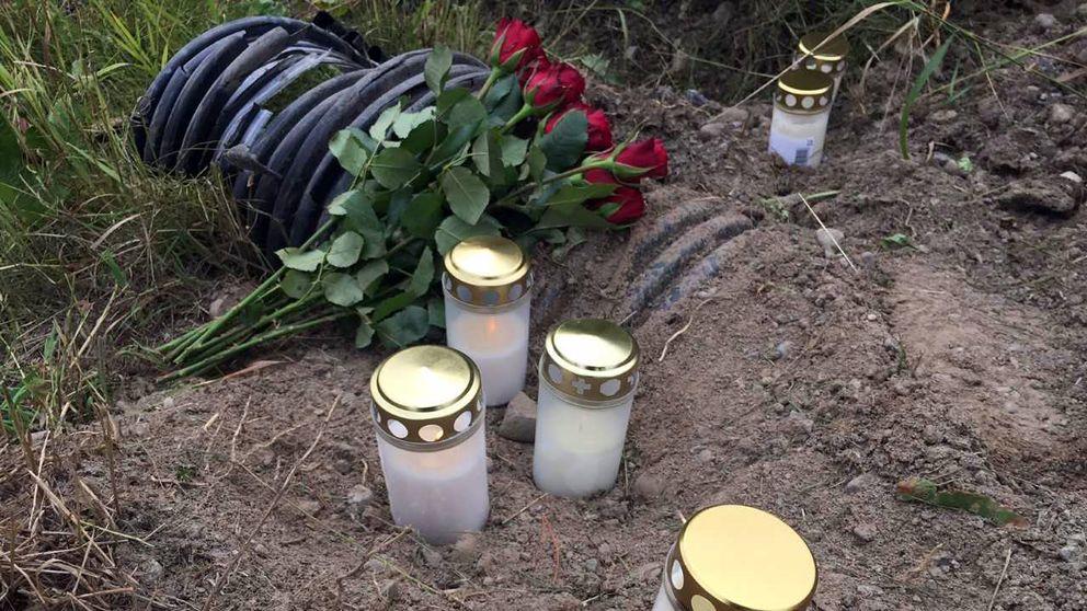 Vid lunchtid på söndagen hade anhöriga ställt gravljus och blommor vid platsen för olyckan.