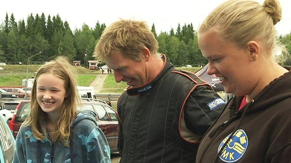 en flicka, en man och en kvinna på folkracetävling