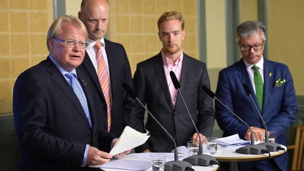 Försvarsminister Peter Hultqvist (S), Daniel Bäckström (C), Anders Schröder (MP) och Hans Wallmark (M) under pressträffen på Rosenbad.