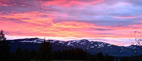 Tisdag 15 augustikring 22 tiden. Himlen brann när solen försvunnit bakom Artfjället utanför Hemavan, Södra Lappland. 15 grader varmt, vindstilla.