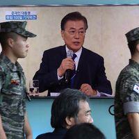 Sydkoreansk militär framför en tv som visar president Moon Jae-ins pressträff.