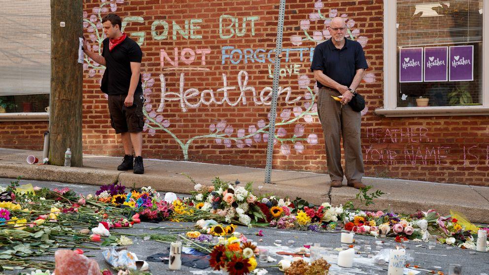 Två män som hittar på en gata täckt av blommor.