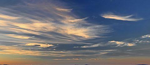 Utsikt från Kirunas stadsberg mot norr. 17 aug.2017. Cirrusmolnen dansar över himlen. Kanske är de utlöpare av en varmfront över Norska havet.