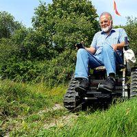 Per Eliasson terränggående rullstol permobil gräs