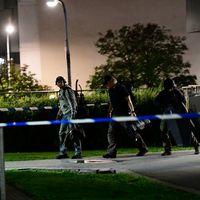 Polis undersöker brottsplatsen i Tensta