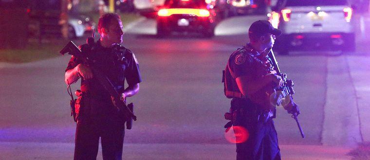 Två poliser står vakt utanför Osceola Regional Medical Center i Kissimmee, Florida, där två poliser sköts.