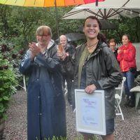 Charlotte Andersson får pris för årets trädgård