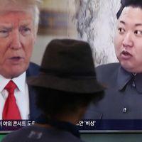 En sydkoreansk man tittar på ett nyhetsinslag om spänningarna mellan USA och Nordkorea. På tv-skärmens syns Trump och Kim Jong-Un.