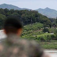 Sydkoreansk soldat ser över gränsen till den nordliga grannen.
