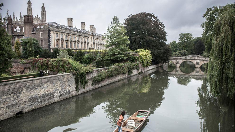 Vy över floden Cam, med Cambridge University-byggnader i bakgrunden.